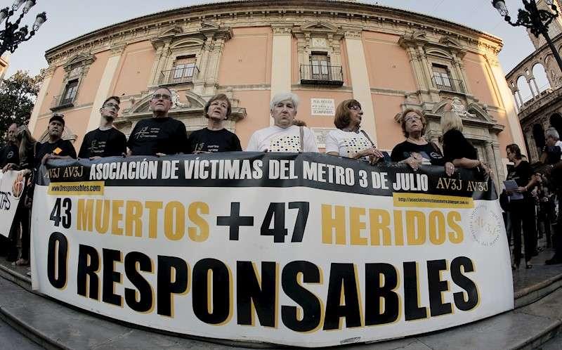 La Asociación de Víctimas del Metro 3 de Julio en una de las concentraciones mensuales de recuerdo a las víctimas y en la que reclamaban justicia. EFE/ Juan Carlos Cárdenas