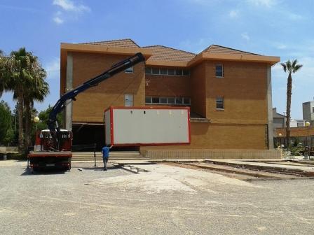 Desinstalación de aulas prefabricadas en la Pobla de Vallbona. Foto EPDA
