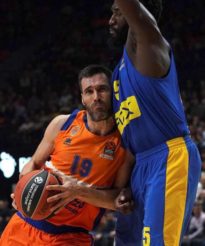 El jugador del Valencia Basket Fernando San Emeterio (i) trata de superar la defensa de Othello Hunter, del Maccabi Tel Aviv, en un partido de la Euroliga. EFE/Archivo