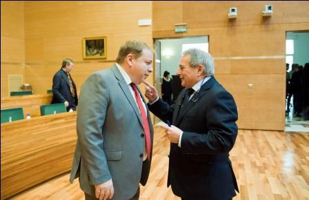Rus habla con Orengo durante un receso del pleno de la Diputación celebrado este martes. Foto: Abulaila