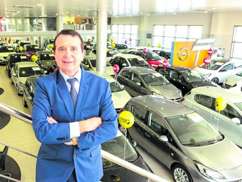 Manuel Palma en uno de sus concesionarios. / EPDA