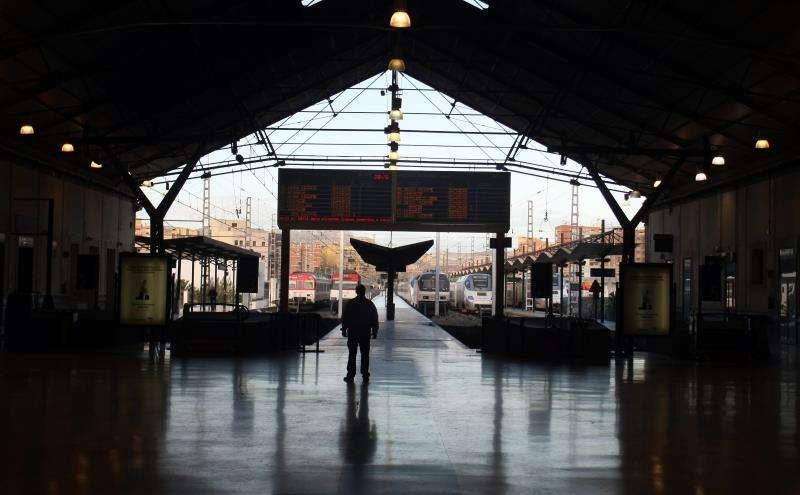Un viajero observa el panel de horario de salida de trenes en la estación de Alicante en una jornada de huelga. EFE/Archivo