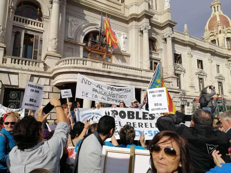 Manifestantes a las puertas del Ayuntamiento. EPDA