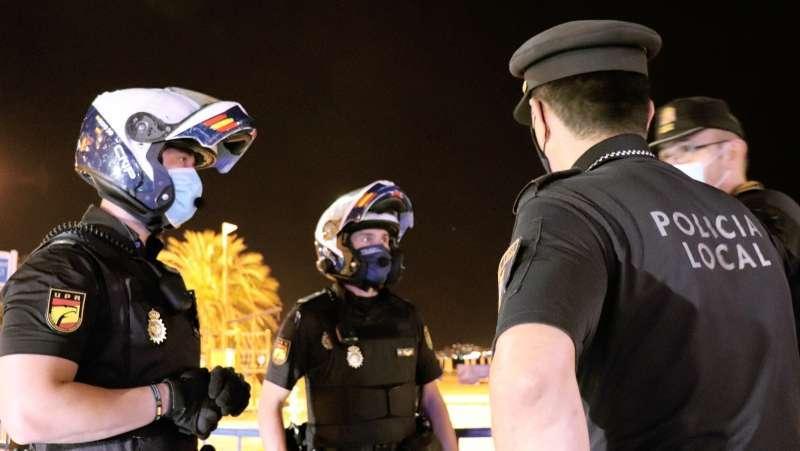 Agentes de la Policía en un dispositivo.