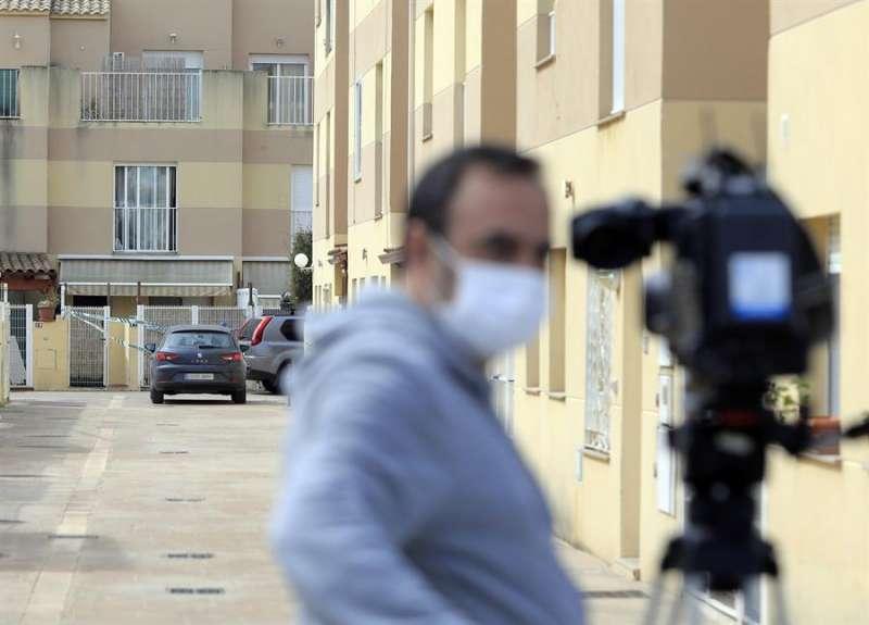 Un cámara graba el escenario de uno de los últimos delitos de violencia machista cometidos en la Comunitat, en Almassora. EFE