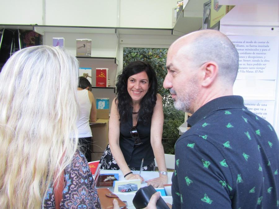 La escritora conversando con sus lectores.FOTO EPDA