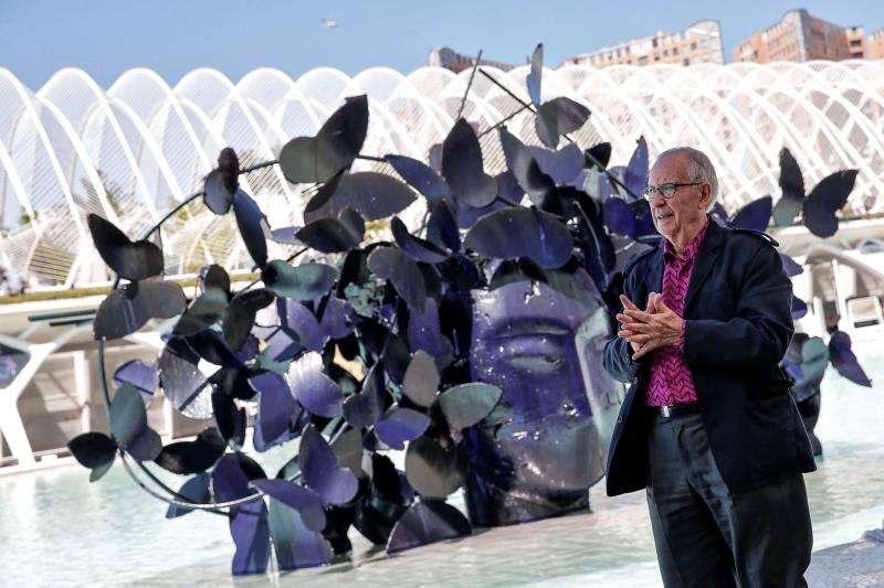 El artista Manolo Valdés junto a una de la seis cabezas monumentales que instaló en el lago sur de la Ciudad de las Artes y de las Ciencias. EFE/Archivo