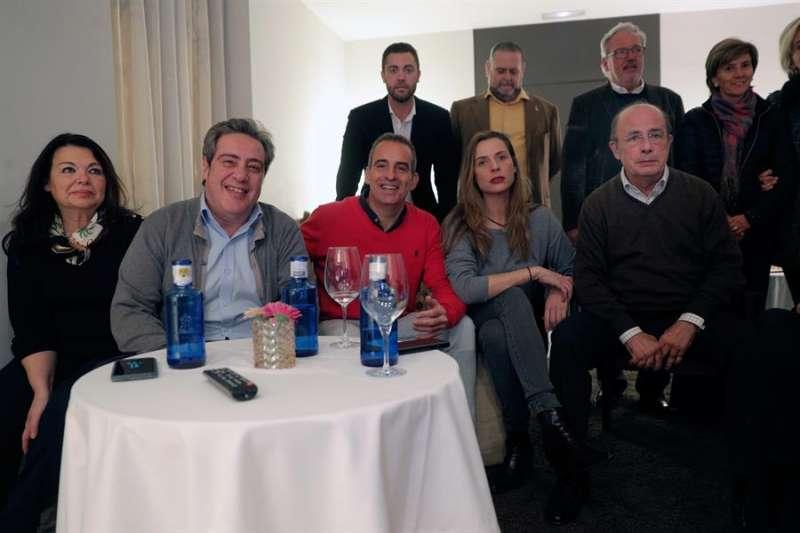 El cabeza de lista de VOX al Congreso por Valencia, Ignacio Gil Lázaro (d) entre otros cargos del partido y simpatizantes, sigue los resultados de la jornada electoral en un céntrico hotel de Valencia.EFE/Kai Försterling