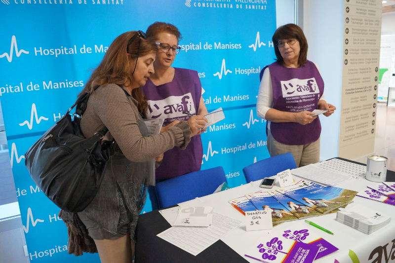 Mesa informativa de Fibromialgia en el Hospital de Manises, el año pasado. EPDA