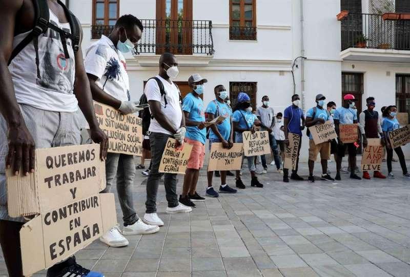 Inmigrantes que llegaron hace dos años a Valencia en el buque Aquarius se han concentrado este sábado para pedir que se regularice su situación. EFE/Ana Escobar.