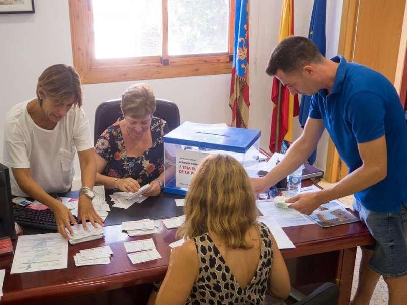 Apertura de la urna tras el cierre de la consulta. / EPDA