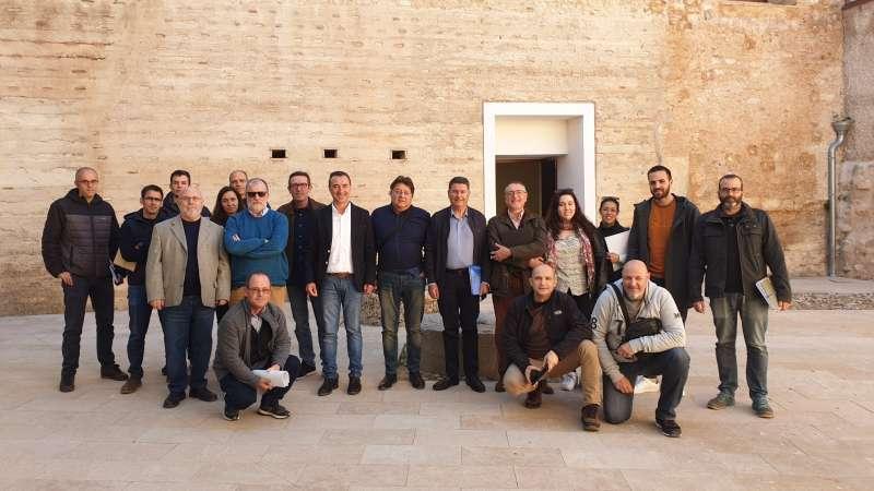 Foto de familia de la 15ª Asamblea de la Asociación de Municipios Vinculados al Parque Natural del Túria. / EPDA