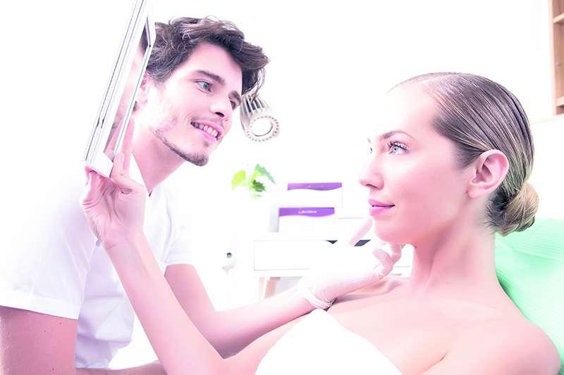 El doctor Manuel Pérez atiende en la Clínica Antinoö a una de sus clientas. EPDA