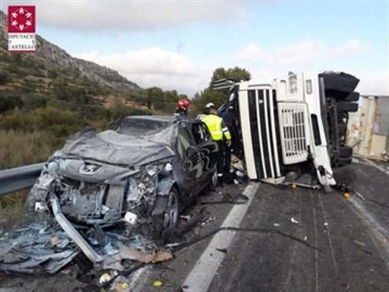 Imagen del accidente entre un camión y un turismo en la AP-7 en Oropesa en el que el conductor del camión ha fallecido. - EFE