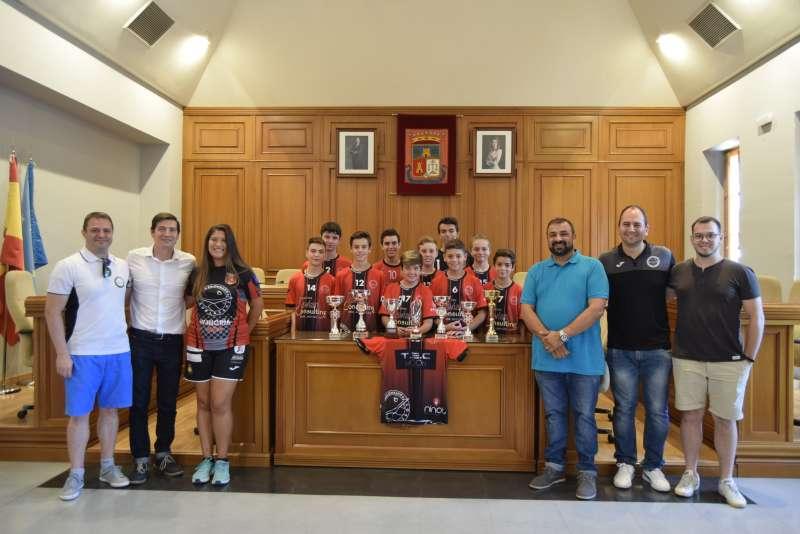 El Club Balonmano Burjassot ofrece los títulos en el ayuntamiento.