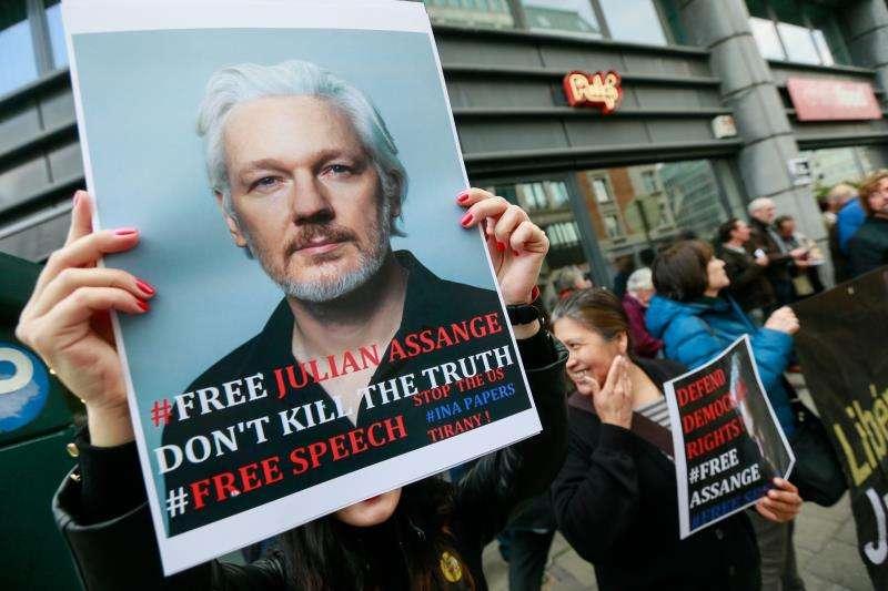 Varias personas protestan para pedir la liberación del fundador de WikiLeaks, Julian Assange. EFE/Archivo