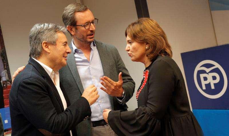 El vicesecretario de Organización del PP, Javier Maroto (centro), y la presidenta del PPCV, Isabel Bonig, conversan con el hasta ahora presiente de la gestora del partido en Valencia, Rubén Moreno. EFE