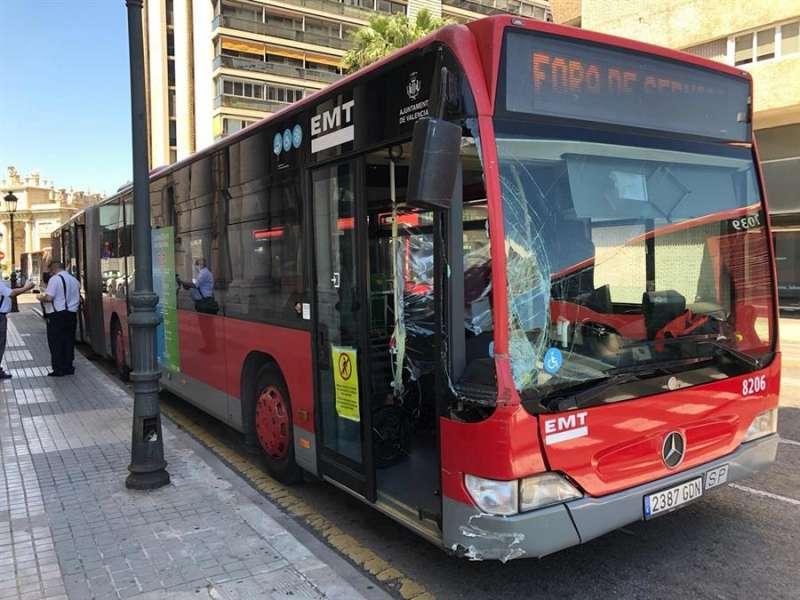 Así ha quedado el autobús tras colisionar con la farola. EFE
