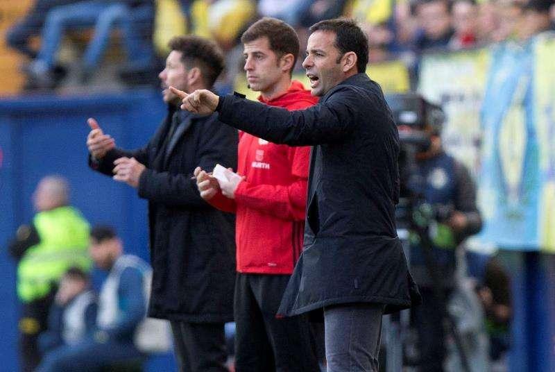 El entrenador del Villarreal, Javier Calleja (d), y el del Altlético de Madrid, Diego Pablo Simeone (al fondo), durante un partido entre ambos equipos. EFE/Archivo