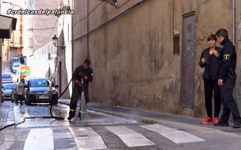 Los bomberos limpiando la zona