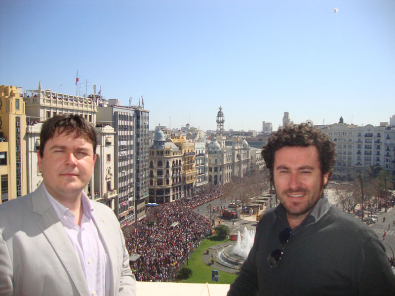 Francisco Barberá, ingeniero industrial y Ricardo Orts, ingeniero y arquitecto, el miércoles en el balcón de la oficina de la plaza del Ayuntamiento de Valencia. FOTO P. V.