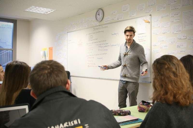 El profesor de Filosofía Bernard Andrews con sus alumnos de Caxton College. epda