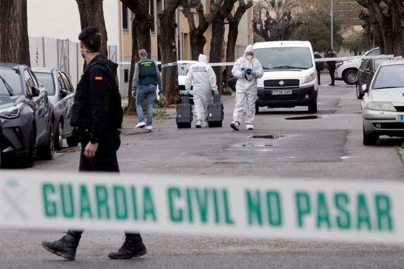 Agentes de la Guardia Civil trabajan en el lugar donde la mujer de Massamagrell fue apuñada. EFE