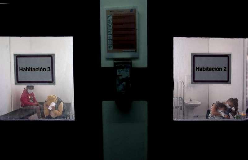 Fotografía fechada el 28 de mayo de 2020 de pacientes pediátricos aislados esperan el resultados de la prueba de la COVID-19 en el Hospital Posadas, en Buenos Aires (Argentina). EFE