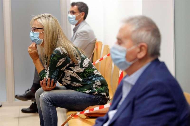 Los exalcaldes de Alicante, Sonia Castedo y Luis Díaz Alperi, durante la celebración del juicio. EFE