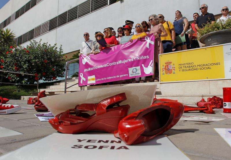 Instituciones públicas de toda la Comunitat Valenciana condenan en concentraciones el asesinato machista en Calpe. EFE