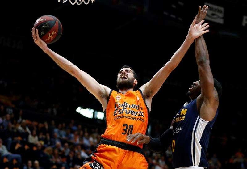 El escolta del Valencia Basket, Joan Sastre, ante el pívot inglés del UCAM Murcia, Ovie Soko .EFE