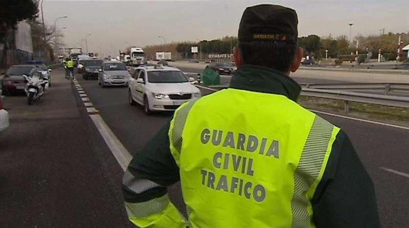 Un agentes de la Agrupación de Tráfico de la Guardia Civil durante un control. EFE