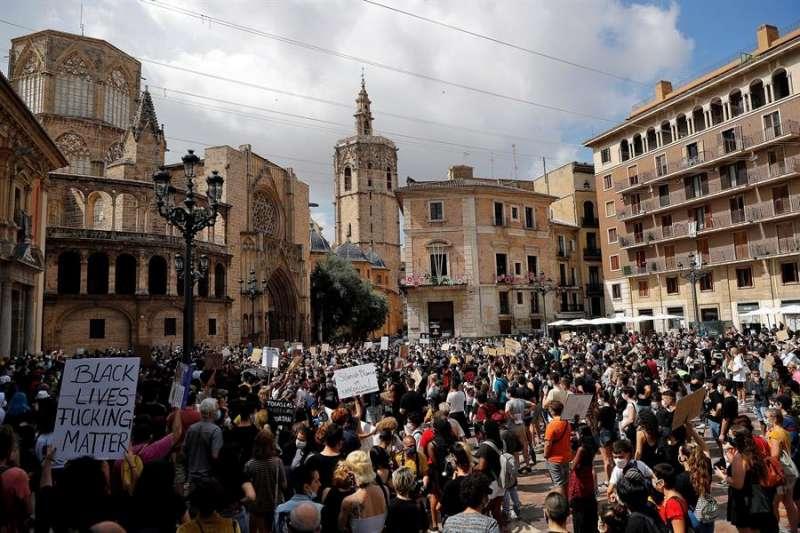 Concentración en la Plaza de la Virgen de València en protesta contra el racismo y en memoria del estadounidense George Floyd. EFE/Manuel Bruque
