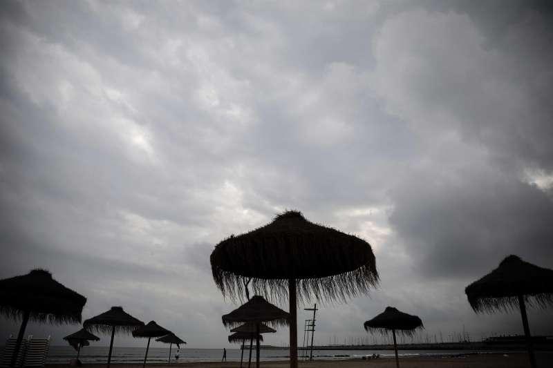 Vista general de varias sombrillas bajo un cielo nublado que amenaza lluvia. EFE/Ana Escobar/Archivo