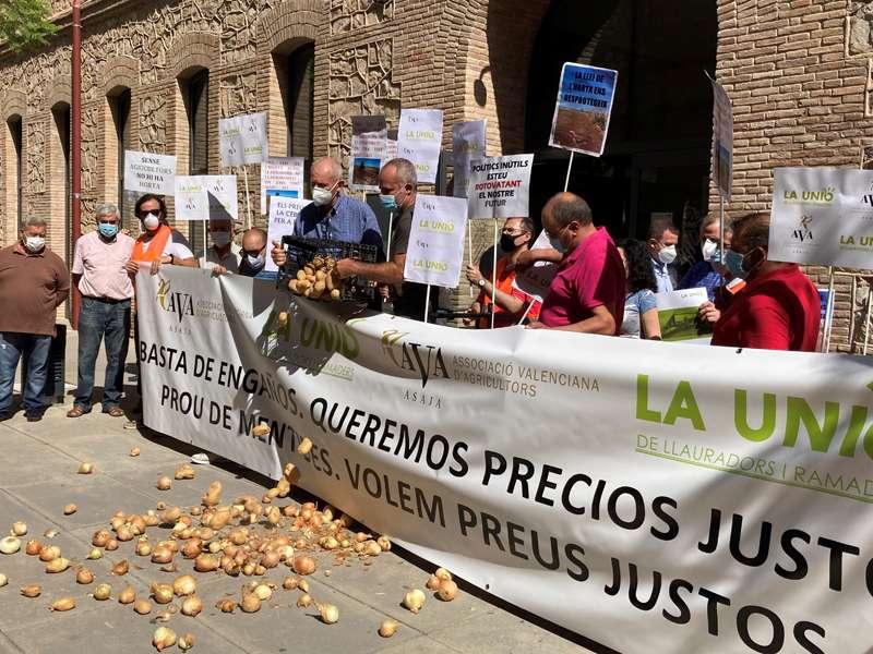 Cristóbal Aguado y Carles Peris lanzan al suelo cebollas y patatas.