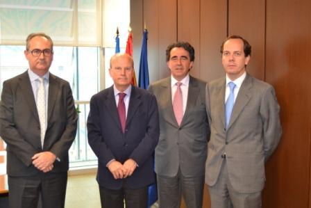 El conseller Buch ha arrancado este compromiso con los representantes de las constructoras Acciona y Dragados y el despacho de Calatrava. FOTO: GVA
