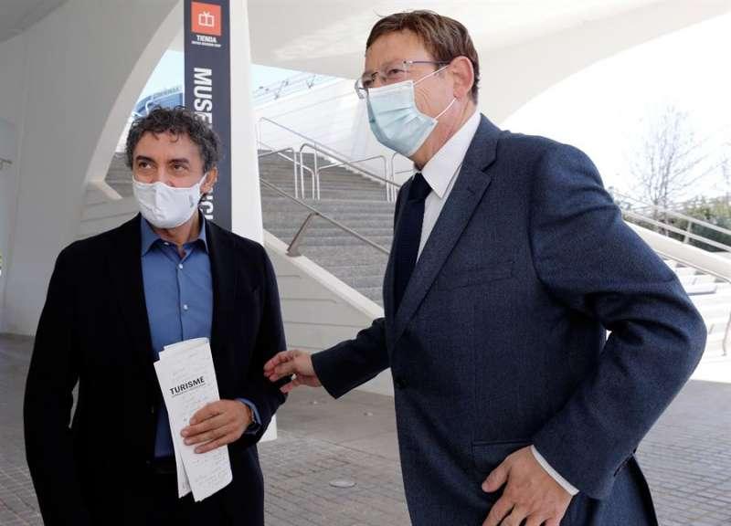 El president de la Generalitat, Ximo Puig junto al secretario autonómico de Turismo, Francesc Colomer (i). EFE