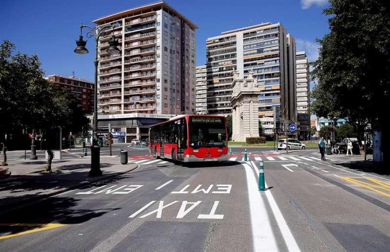 Un autobús de la EMT accede a la calle Colón de Valencia. EFE/Manuel Bruque/Archivo