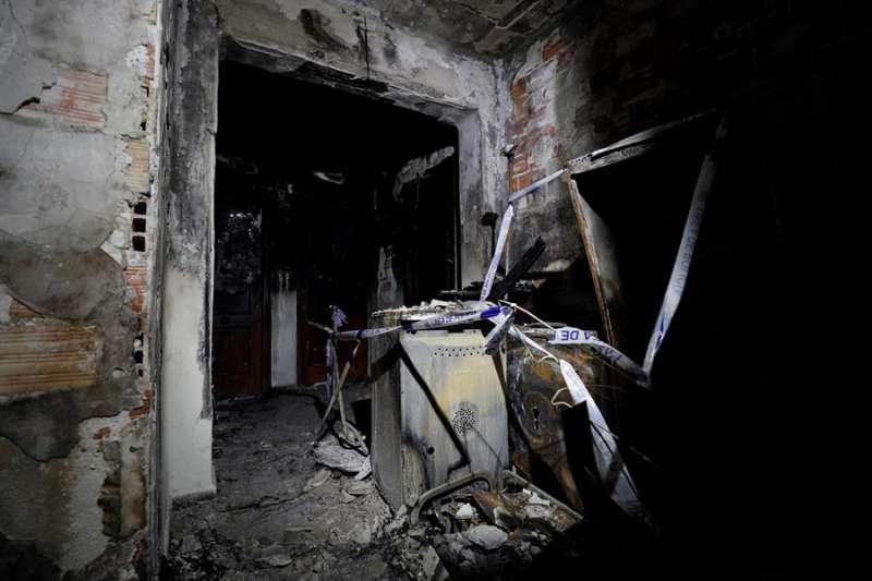 Vista general del rellano donde se origino el incendio en una vivienda de la avenida de la Malvarrosa de València, a consecuencia del cual falleció un niño de 3 años. EFE/Manuel Bruque.
