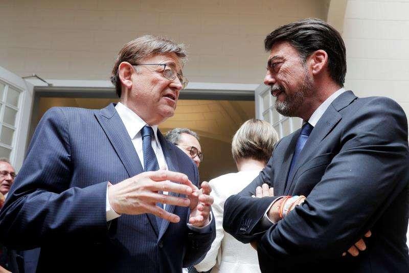 El president de la Generalitat, Ximo Puig, conversa con el alcalde de Alicante, el popular Luis Barcala (d). EFE/Archivo
