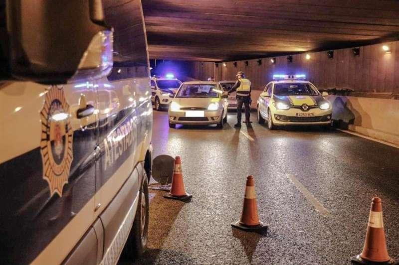 Foto cedida por la Policía Local de Alicante sobre un control para hacer cumplir el toque de queda.