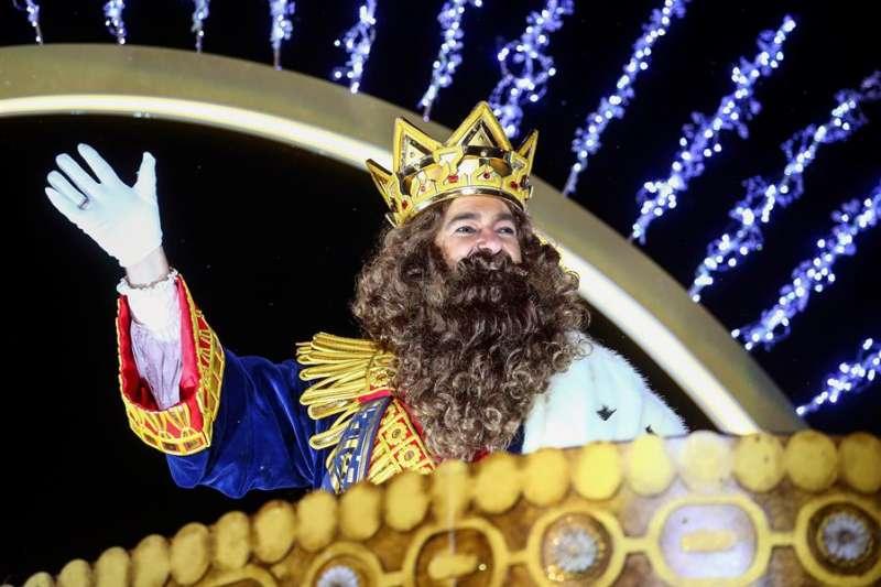 El rey Gaspar saluda durante una Cabalgata de los Reyes Magos. EFE/Archivo