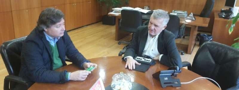 El presidente de la gestora del PP de Valencia ciudad, Luis Santamaría, con el delegado territorial de la ONCE en la Comunitat Valenciana, José Manuel Pichel
