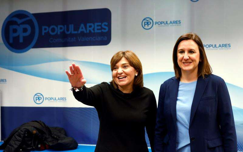 La candidata del PP a la Alcaldía de València, María José Català, junto a la presidenta regional del partido y candidata a la presidencia de la Generalitat, Isabel Bonig (i). EFE