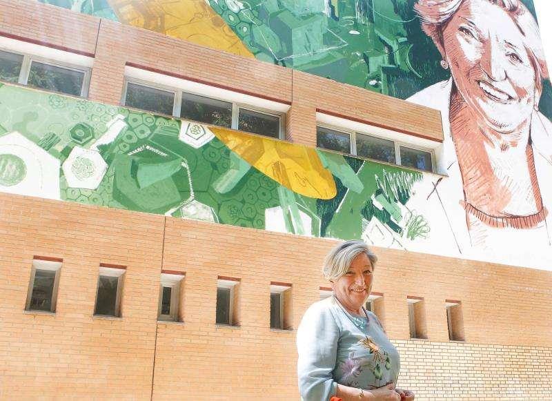 La oncóloga Anna Lluch, durante la presentación del mural que le han dedicado la UPV y Las Naves. EFE