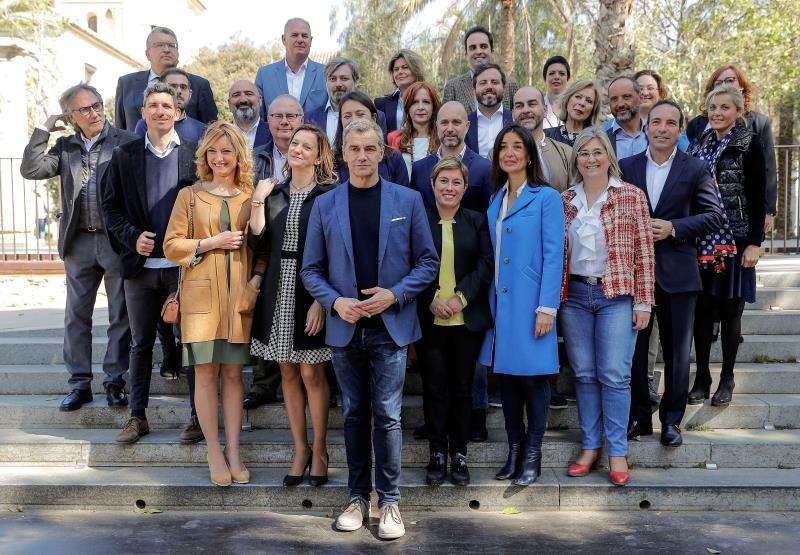 El candidato de Ciudadanos a la Presidencia de la Generalitat, Toni Cantó, junto con el resto de los miembros de la lista de su partido para las elecciones autonómicas. EFE