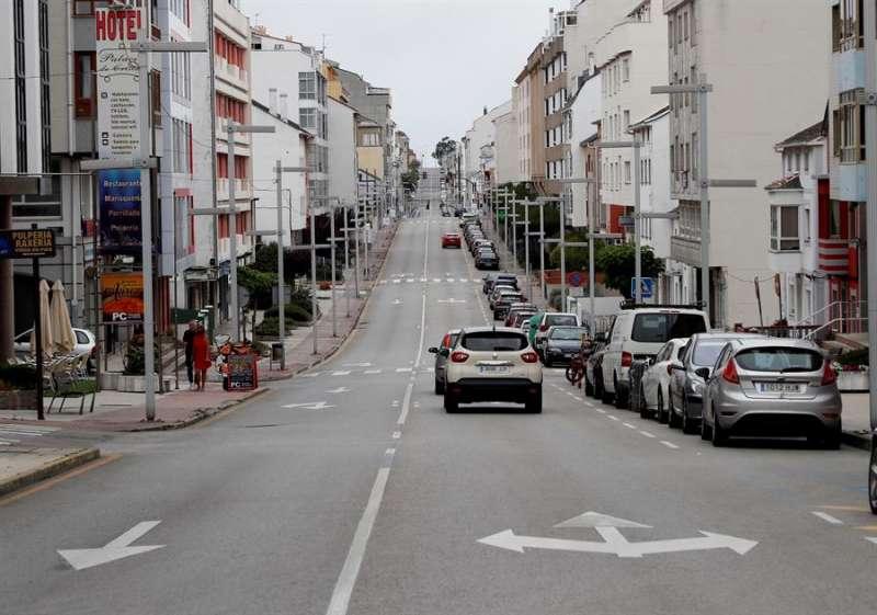Varios vehículos circulan por la vía principal de Burela, en Lugo, este domingo. EFE/Eliseo Trigo