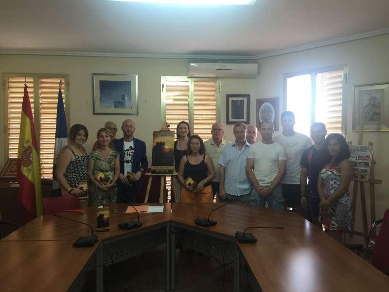 Rafa Navarro, rodeado de los responsables de las asociaciones de Benissanó. //EPDA