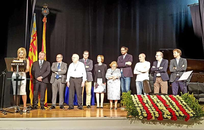 La presentadora del acto con las autoridades y los galardonados. EPDA