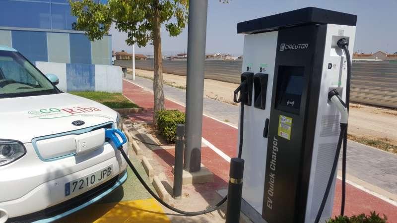 Imagen de un coche eléctrico junto a un punto de recarga. EPDA